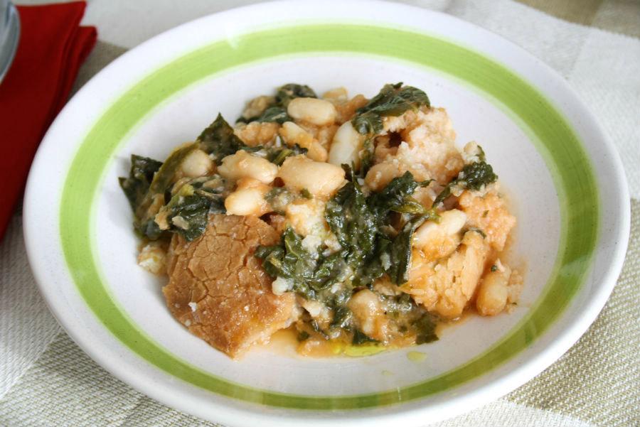 piatto di zuppa toscana al cavolo nero