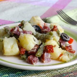 Insalata di patate mediterranea con fagiolini, prosciutto crudo e pomodori secchi