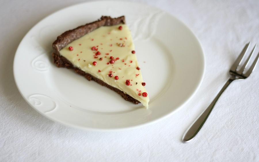 Crostata con pasta frolla al cacao, ganache di cioccolato bianco