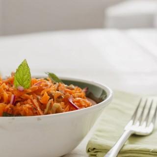 Insalata croccante di carote, cipolla rossa e noci profumata alla menta