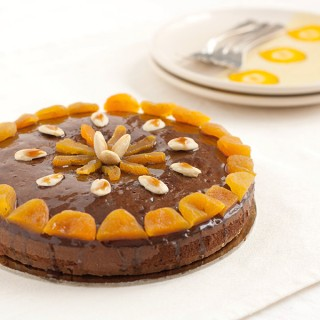 Torta al cacao ed extravergine con sciroppo di miele al marsala e frutta secca