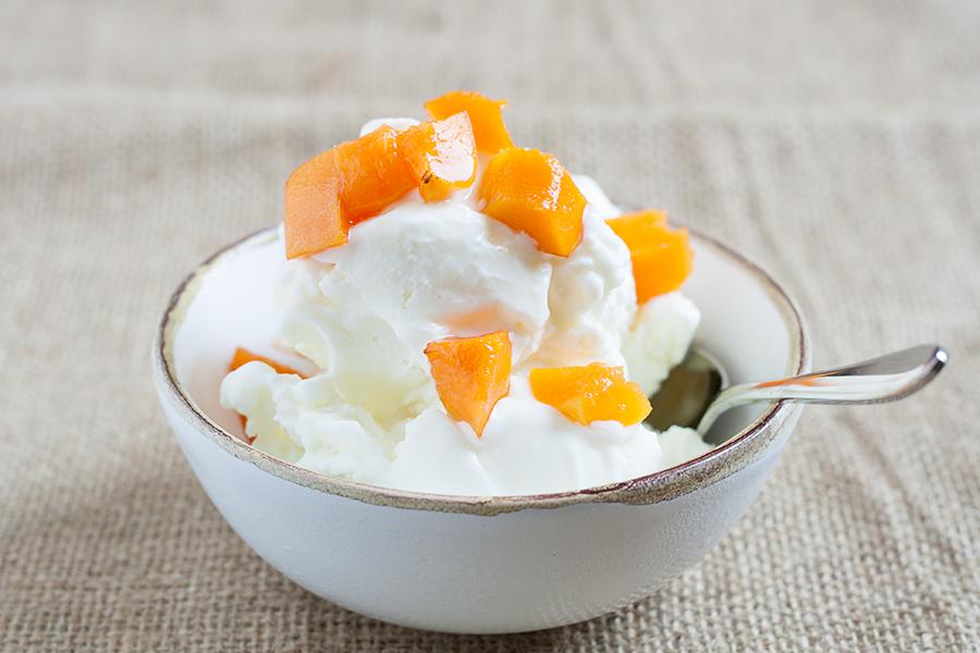 Yogurt greco gelato con albicocche marinate
