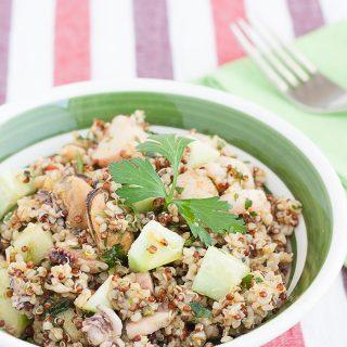 Insalata di bulgur e quinoa al sapore di mare