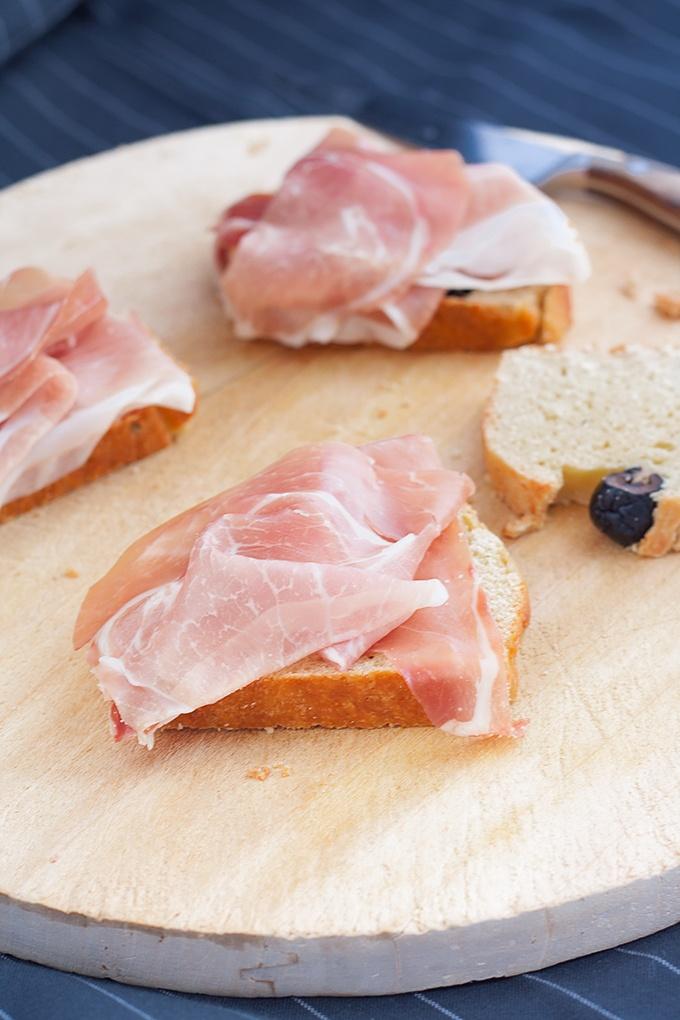 pane al pecorino con prosciutto toscano