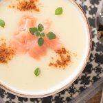 Cremige Kartoffelsuppe mit Knoblauch und Lachs