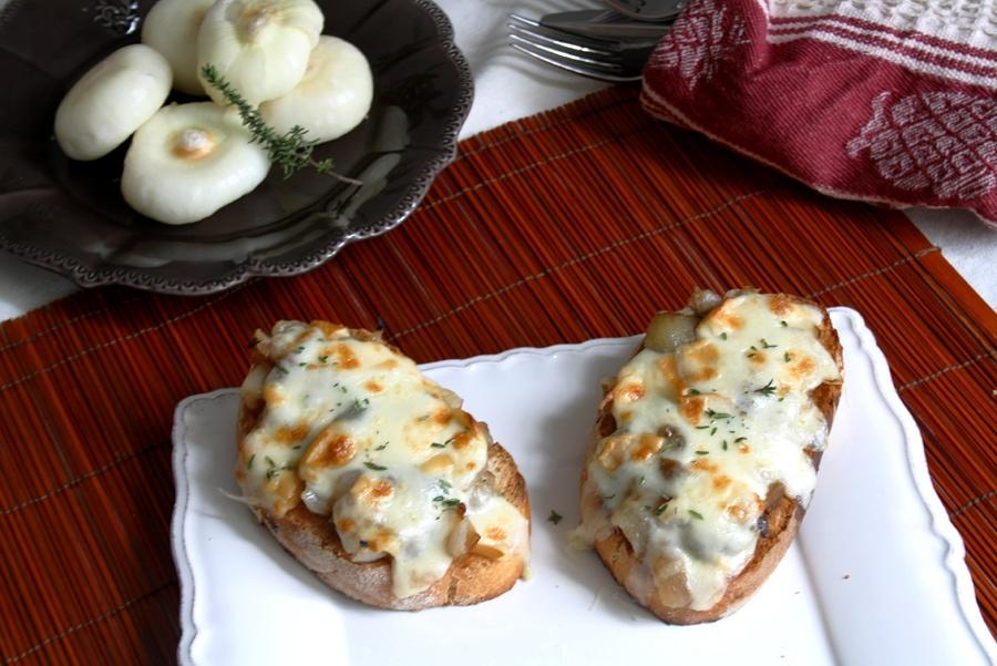Crostini mit Balsamico-Zwiebeln, geräucherte Scamorza