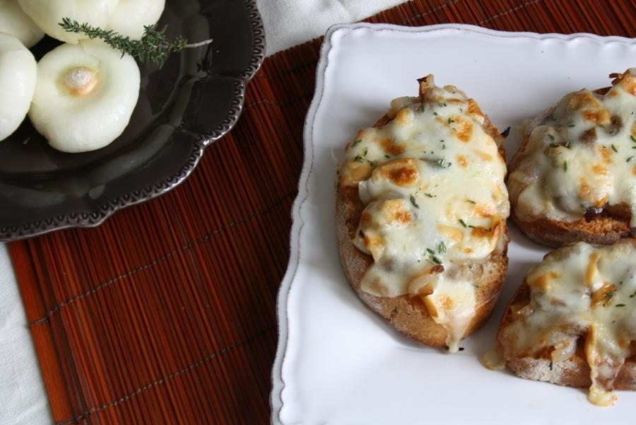 Crostini di cipolle borettane all'aceto balsamico, scamorza affumicata e timo