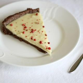 Crostata con pasta frolla al cacao, ganache di cioccolato bianco e pepe rosa