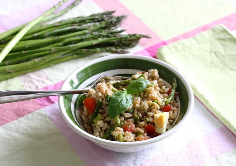 insalata fredda farro, asparagi, basilico e uova