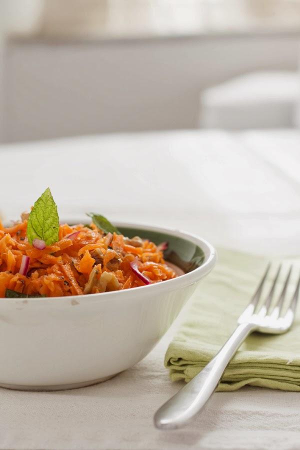 Insalata croccante di carote, cipolla rossa e noci profumata