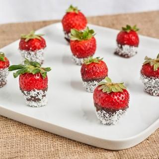 Fragole fresche con cioccolato e cocco e i 3 caratteri del food blog