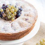 Olivenölkuchen mit Trauben und Joghurt