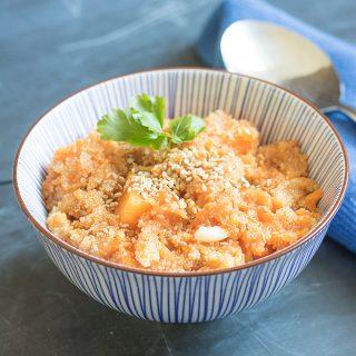 Amaranth-Suppe mit Kürbis und geröstetem Sesam