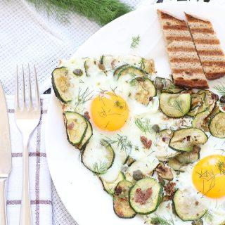 Uova al tegamino con zucchine, acciughe, capperi e finocchietto
