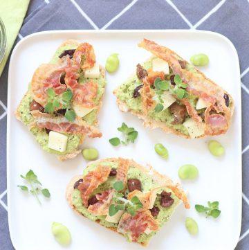 Ricetta crostini con crema di fave, olive e pancetta croccante