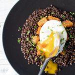 Uovo in camicia con lenticchie di Puy e zucca
