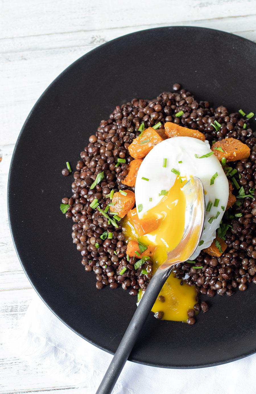 Uovo in camicia con lenticchie di Puy
